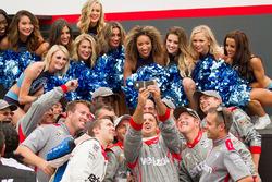 Will Power, Team Penske Chevrolet, Crew macht ein Selfie