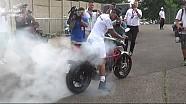 Lewis Hamilton faz burnout com moto após GP da Hungria