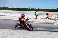 Piloto de KTM se fractura la pierna en carrera de motos sobre hielo