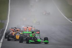 Formule Renault Actualités Sacha Fenestraz l'emporte sur un Nürburgring détrempé