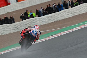 Petrucci lidera por delante de Márquez y Rossi bajo la lluvia