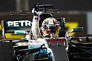 Hamilton zet belangrijke stap naar titel met zege in Singapore, Verstappen valt uit bij startcrash