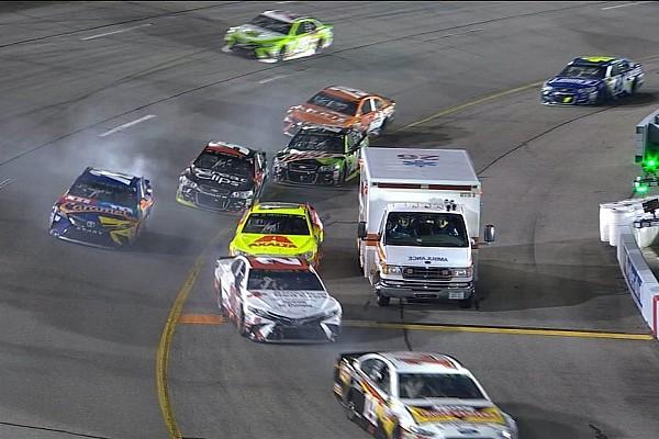 Monster Energy NASCAR Cup Video: Ambulance verstoort NASCAR-race