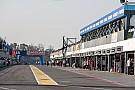 تشارلي وايتينغ مدير السباقات في الفورمولا واحد يتفقد حلبة بوينس آيرس