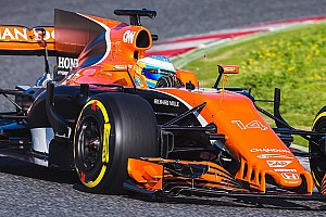 Fernando Alonso mit ersten Runden im McLaren MCL32 für Formel 1 2017
