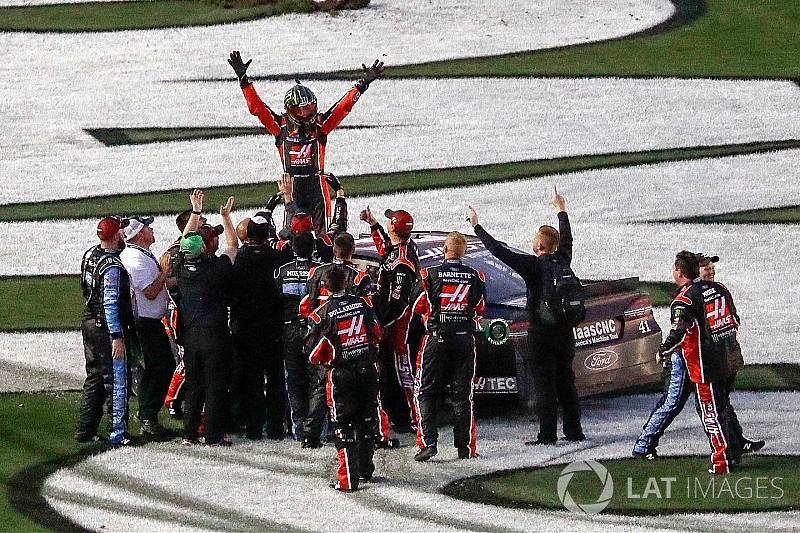 Kurt Busch wins the 2017 Daytona 500 with last-lap pass