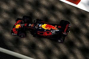 Videón, ahogy Ricciardo bemutat Grosjeannak Abu Dhabiban
