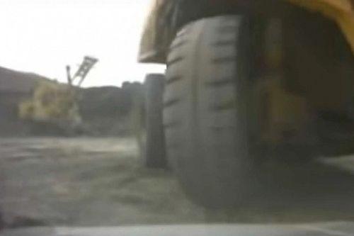 Videó: Ezt látod, amikor egy óriási teherautó kilapítja az SUV-t, amiben ülsz