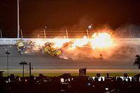 VIDEO: Crashes, regen en een nieuwe winnaar in de Daytona 500