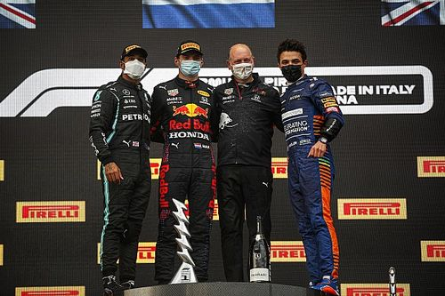 艾米利亚·罗马涅大奖赛:维斯塔潘强势胜出,汉密尔顿撞墙仍追到第二