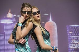 MotoGP Últimas notícias Grid girls da MotoGP roubam a cena na noite do Catar