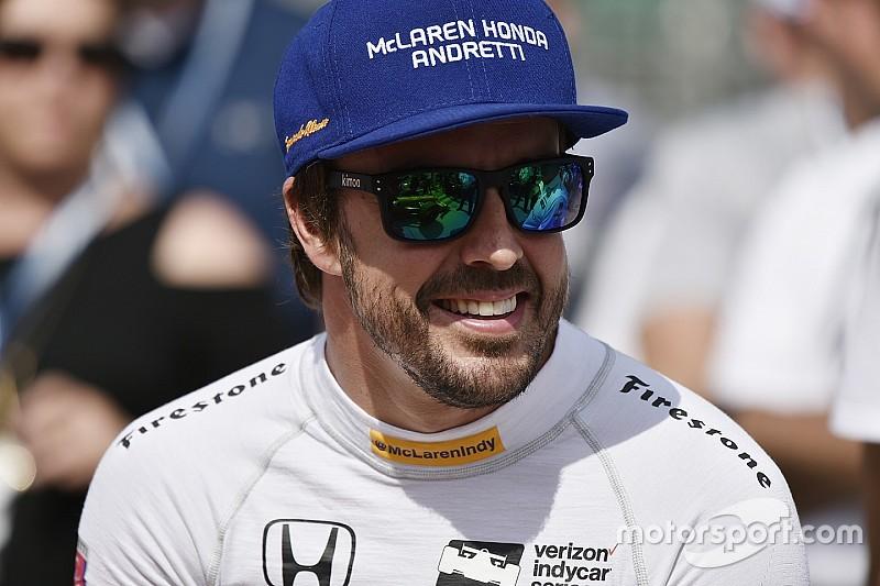 Fernando Alonso presume su anillo de participante en Indy 500