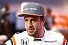 Alonso rendkívül menő tesztsisakkal gurul pályára!