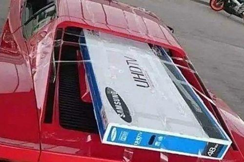Valaki érdekes felhasználási módját találta a Ferrari Testarossa motorháztetejének
