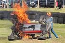 General Un pilote de Formule Ford historique sauvé après un terrible crash