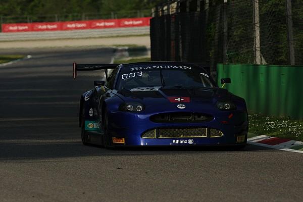 Une Ferrari en pole position devant la Jaguar d'Emil Frey Racing