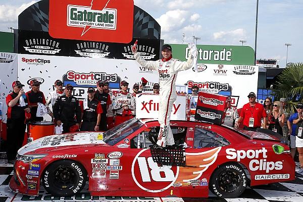 NASCAR XFINITY Últimas notícias Na última curva da última volta, Hamlin vence na Xfinity