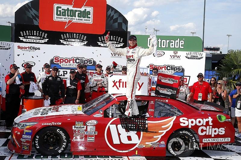 Dramático triunfo de Denny Hamlin en  Xfinity