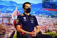 """Albon evita ler especulações da imprensa sobre futuro na F1: """"Prefiro usar esse tempo para jantar, ver Netflix"""""""