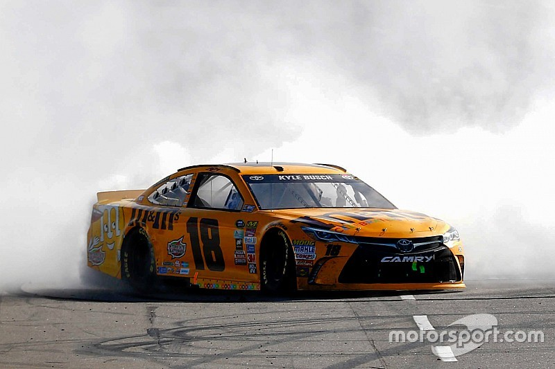 Kyle Busch completes the sweep with dominant Martinsville win