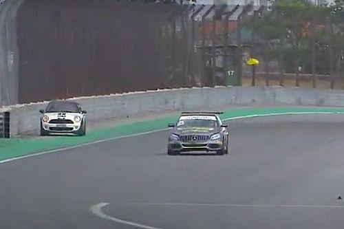 VÍDEO: Carro invade pista durante prova do Mercedes Challenge em Interlagos