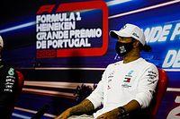 Újabb üzenetet tartalmazó pólóban flangál Hamilton a paddockban