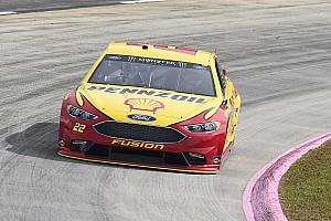 NASCAR Sprint Cup Crónica de Clasificación Joey Logano gana la pole en Martinsville;  Truex saldrá en segundo