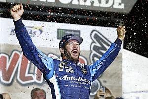 NASCAR Cup Relato da corrida Truex Jr. vence prova acidentada no Kansas