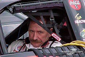 VÍDEO: O dia em que lenda da NASCAR limpou vidro de carro em movimento