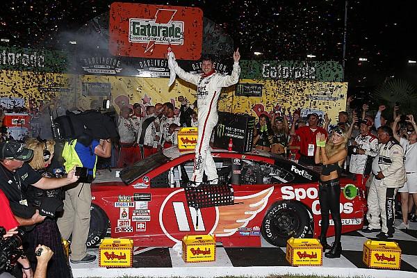 NASCAR Cup Hamlin supera error y vence a Truex Jr. en Darlington