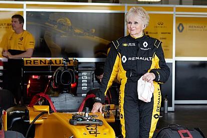 Formula 1 79 yaşındaki Rosemary Smith, Renault F1 aracıyla test sürüşüne çıktı!