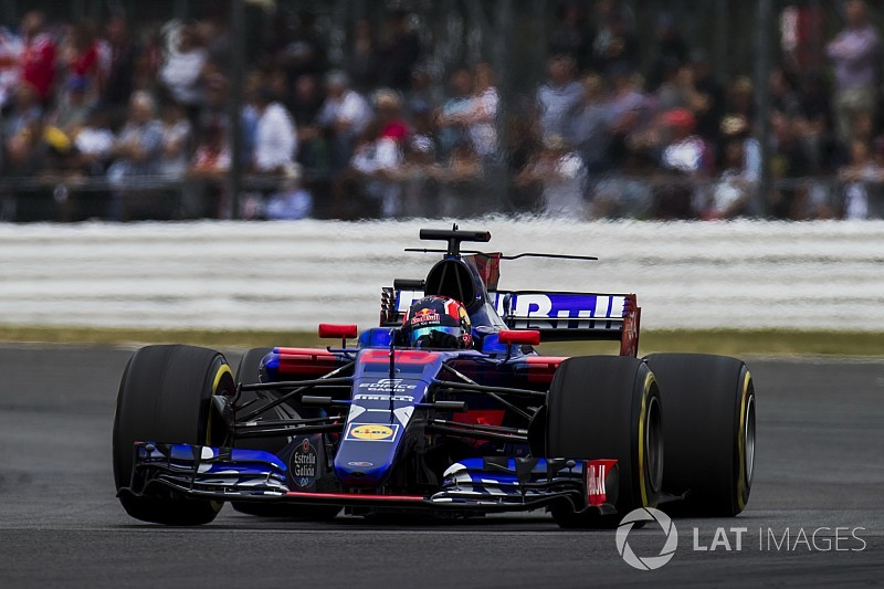 """Embarrassing"" Kvyat deserves to miss races - Villeneuve"