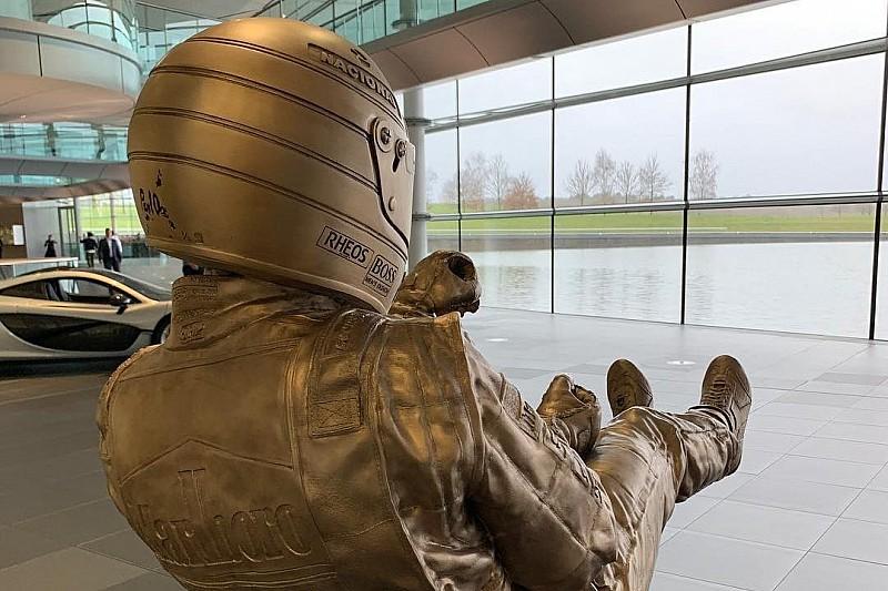 McLaren установила на своей базе бронзовую скульптуру Сенны