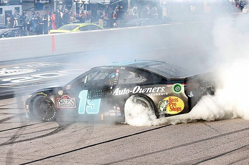 Martin Truex Jr. blisters the field on way to Darlington win