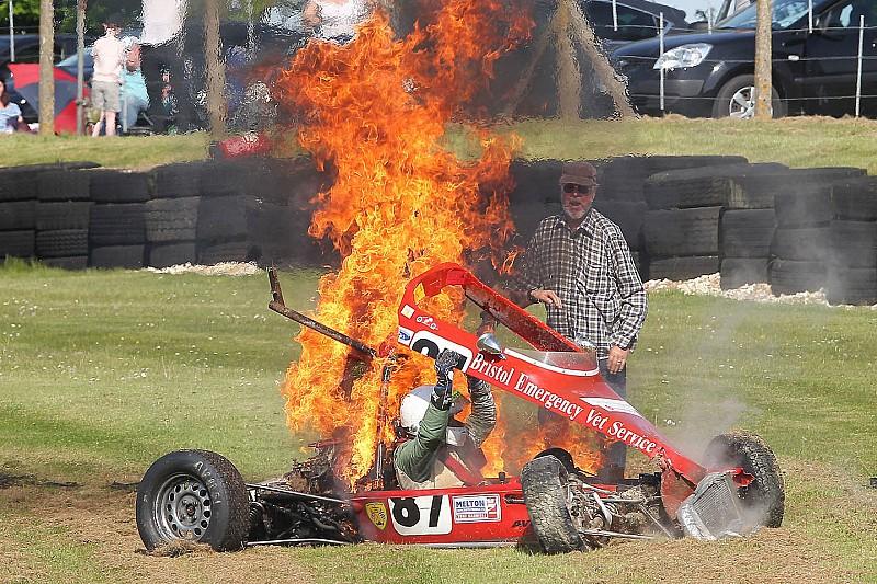 Пілот історичної Формули Ford врятувався з вогняної аварії