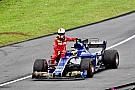 Videón a jelenet, ahogy Vettel beszáll a