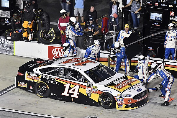 NASCAR Sprint Cup VIDEO: Ambulancia bloquea los pits a pilotos de NASCAR