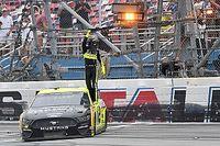 Гонщик финишировал задом наперед и все равно стал третьим. Гонка NASCAR получилась феноменальной
