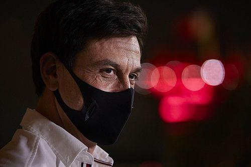 """F1- Wolff dispara contra Russell após batida: """"Está mais perto da Copa Renault Clio do que da Mercedes"""""""