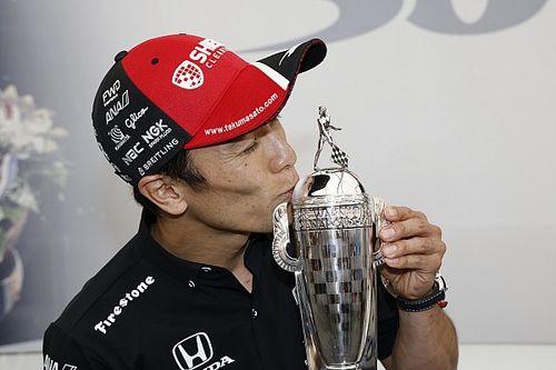 """佐藤琢磨、自身ふたつ目となるインディ500優勝""""ミニトロフィー""""を手に「非常に誇りに思う」"""