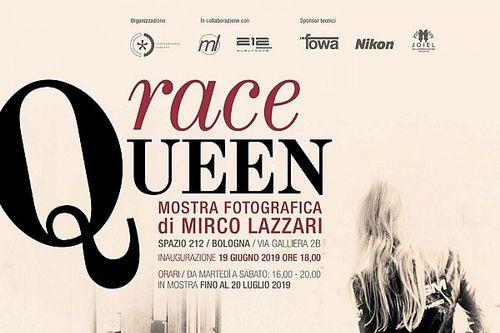 """Inaugurata a Bologna """"Race Queen"""", la mostra del fotografo Mirco Lazzari sulle ombrelline"""