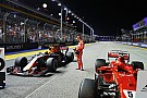 Videón, ahogy Vettel kiszúrja a Ferrari elemet a Red Bullon