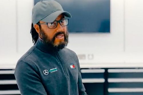 Vídeo: Hamilton sorprende a unos niños en una visita a la fábrica de Mercedes