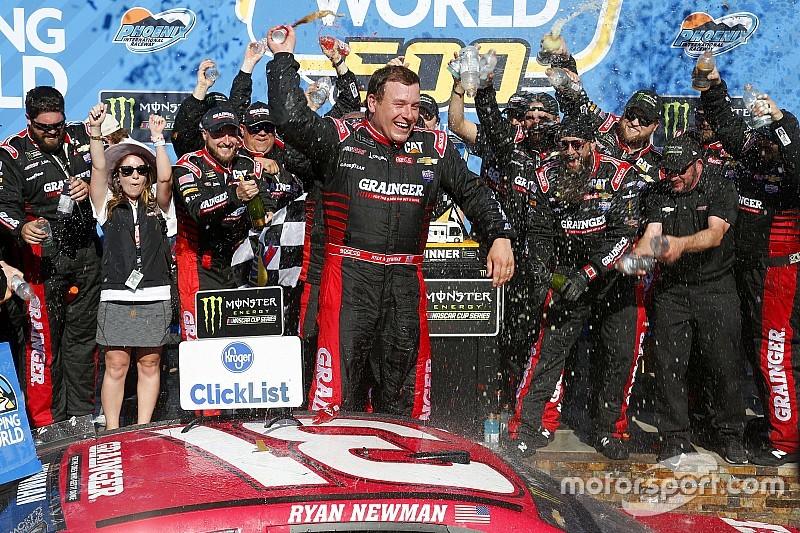 Newman aparece no fim e quebra jejum de vitórias na NASCAR