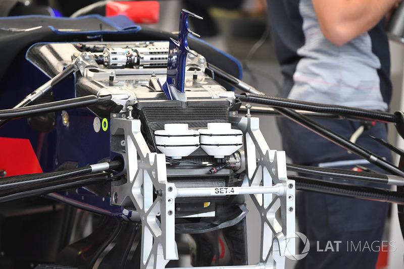 Detalle del chasis y de la suspensión delantera del Toro Rosso STR12