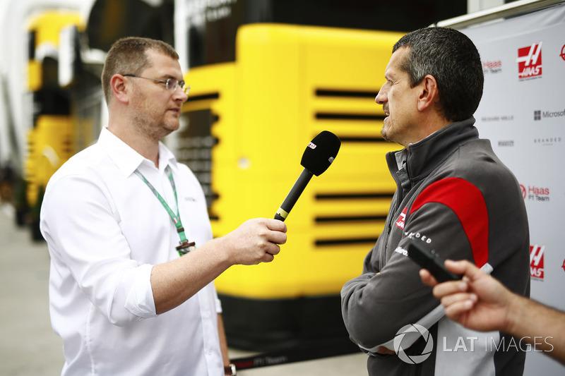 Guenther Steiner, Team Principal, Haas F1 Team con los medios