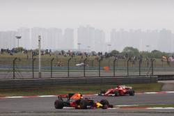 Max Verstappen, Red Bull Racing RB13 y Sebastian Vettel, Ferrari SF70H