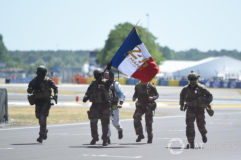 Tentara Perancis mengawal bendera start