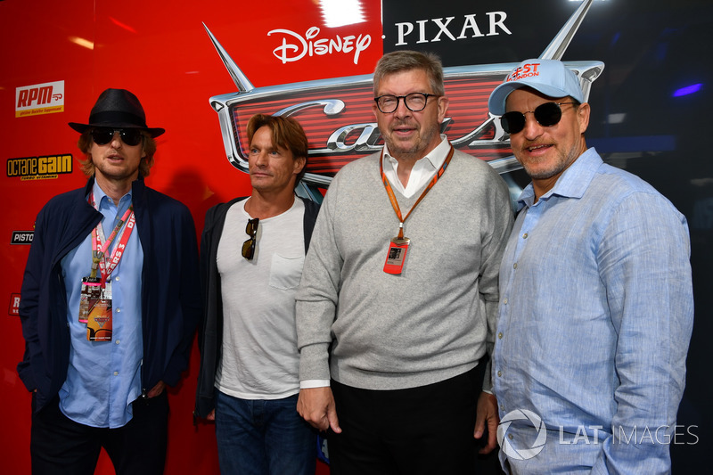 Ross Brawn, Formula One Director de Motorsports, Woody Harrelson y Owen Wilson actores en el garaje