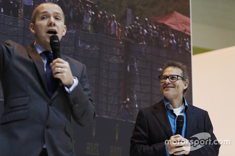 Jacques Villeneuve en el F1 Racing stand